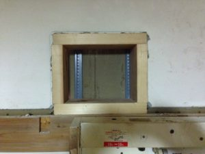 換気扇のサイズに合わせた木枠をはめ込む