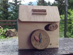 木工細工の時計が可愛い貯金箱