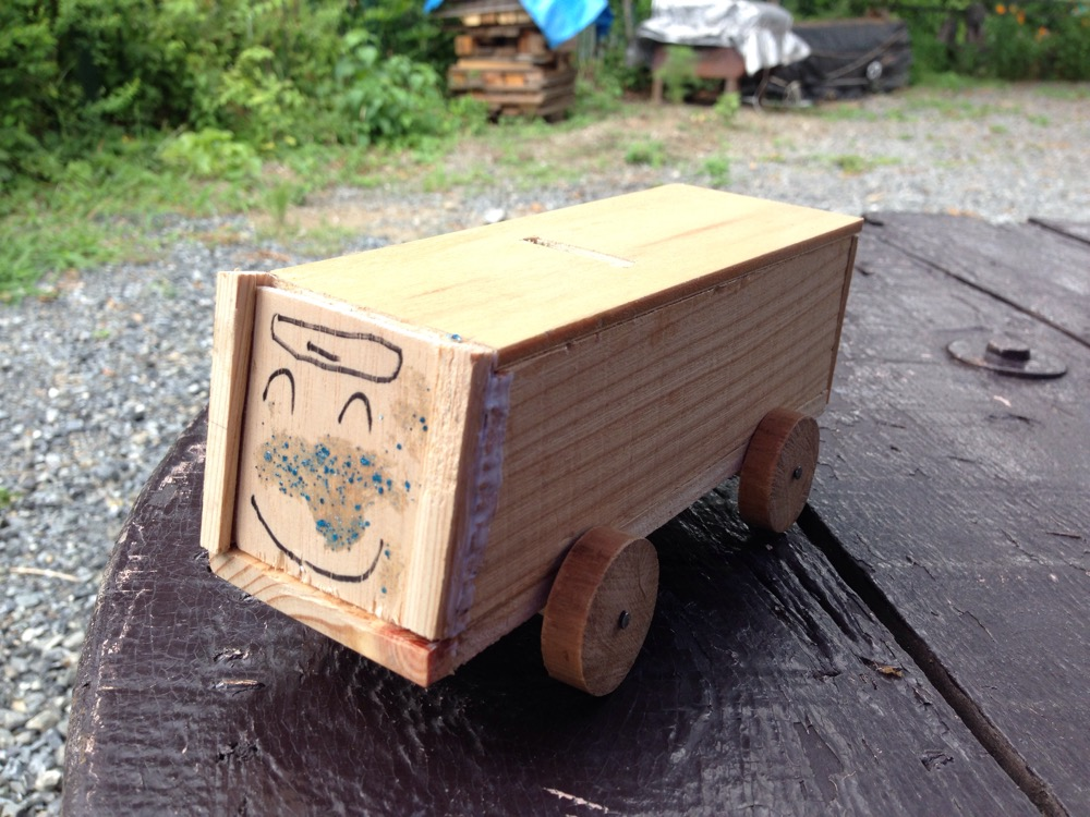 木工細工の貯金箱