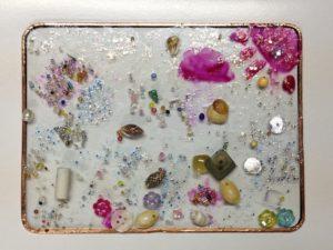 たくさんのビーズや貝殻のガラスプレートができました
