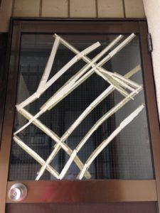 バキバキのガラスを修理します。