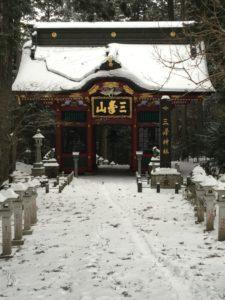 雪が残っている随身門
