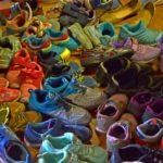 カラフルでかわいい子供たちの靴がたくさん