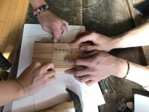 板に釘を刺してシルバー線を編んでいきます