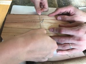 板に釘を刺してシルバー線を編み始めます