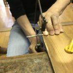 シルバーのリング材を糸鋸で切っています