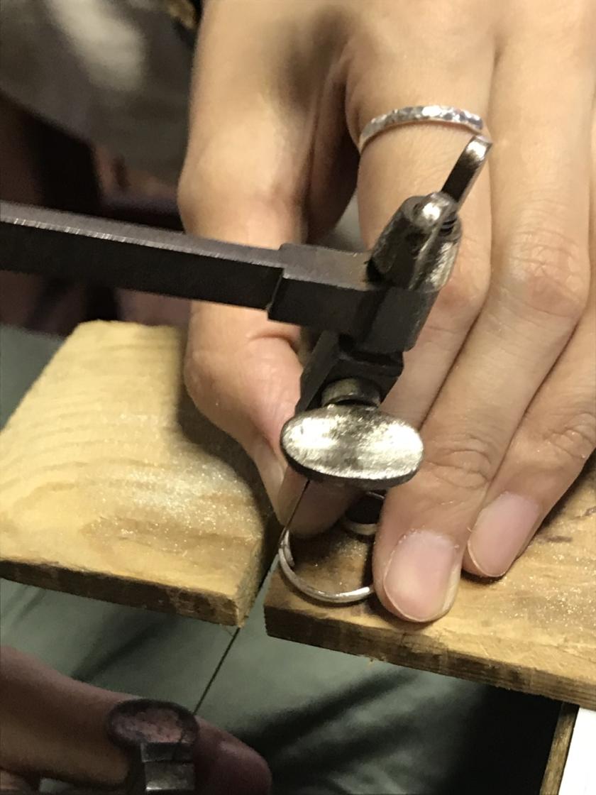 糸鋸で切ります
