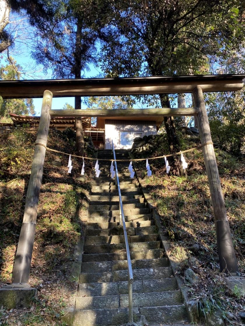 八幡大神社を見上げて